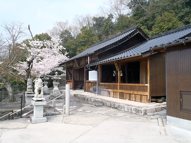 右側から社殿