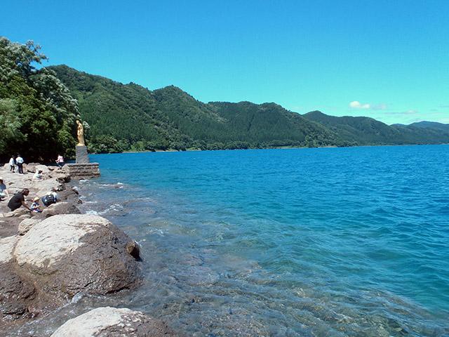 田沢湖 辰子の像の付近の綺麗な湖面