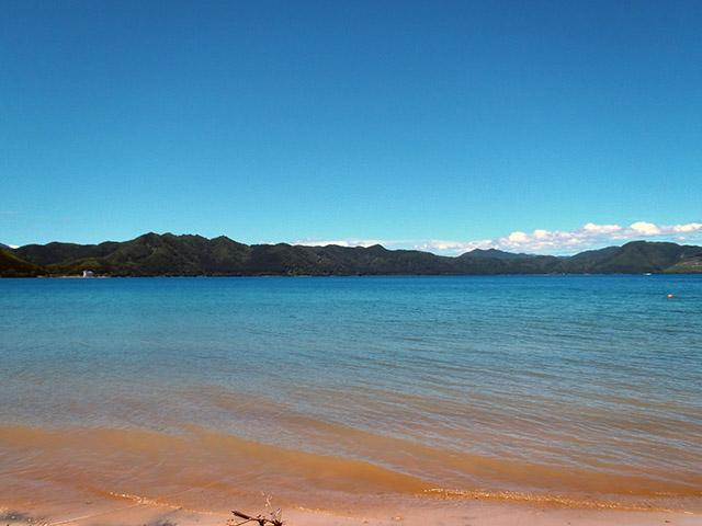 田沢湖の湖畔と湖面