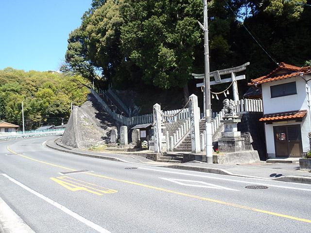 真亀山神社 石柱と鳥居