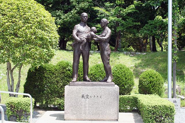 護国神社「英霊にささぐ」像