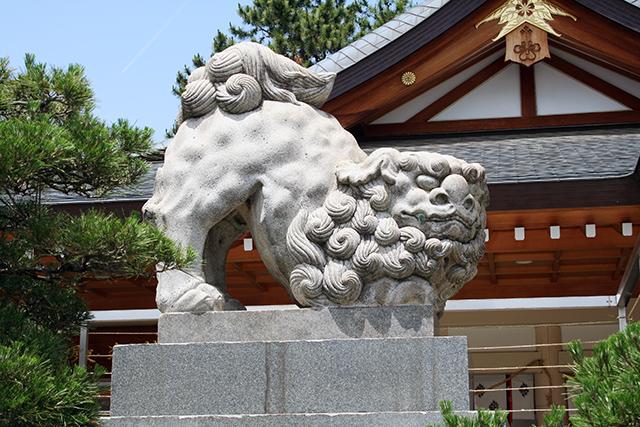 護国神社 社殿前の狛犬(左)