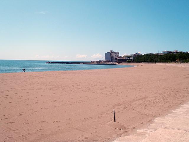 三国海水浴場の砂浜