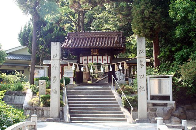旧安部神社の注連柱と山門