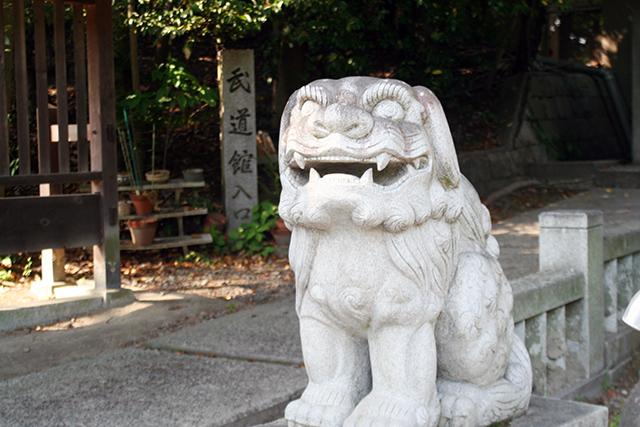 山門前の狛犬(阿)