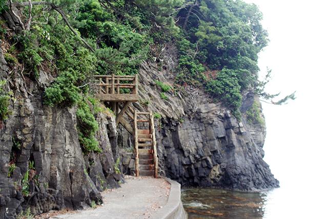 崖沿いの階段
