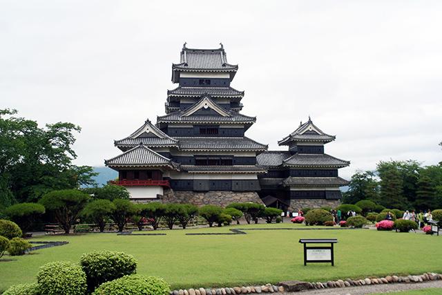 東側から見た松本城