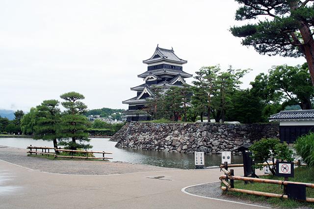 南東方向から松本城