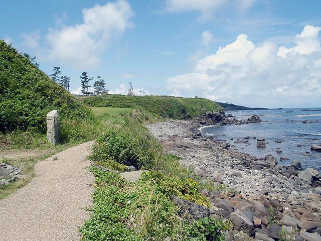 二の浜遊歩道沿いの海岸風景