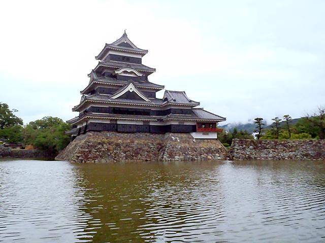 南方向から松本城