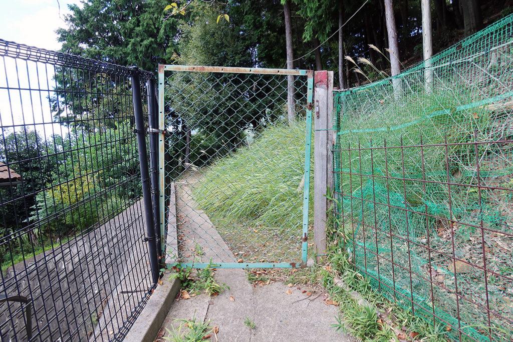 東側の参道途中の柵