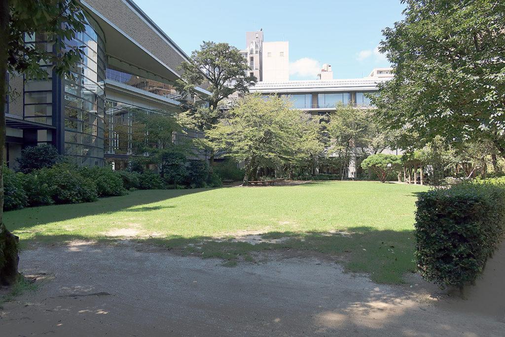 美術館前芝生公園