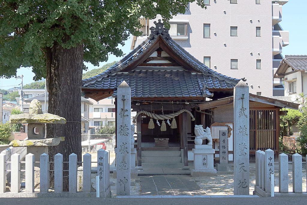 門石柱と拝殿