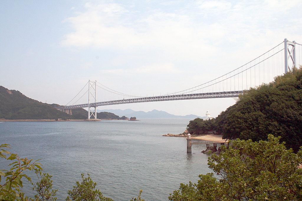 灯台越しに因島大橋