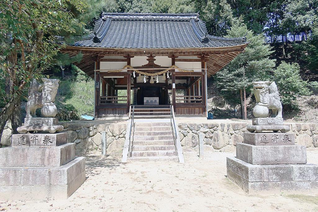 狛犬と拝殿