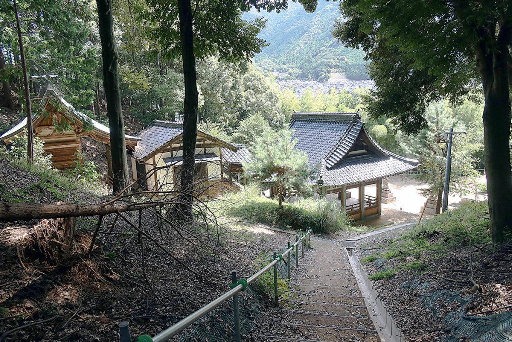 寺山へ続く階段から社殿