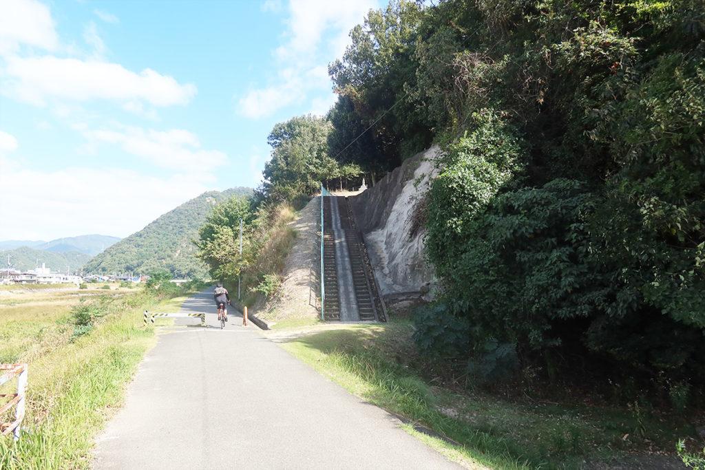 川沿いの道と入口の階段