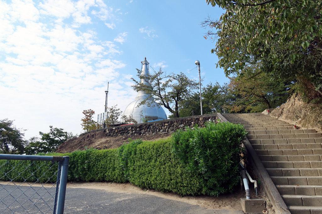 二葉山平和塔への石段