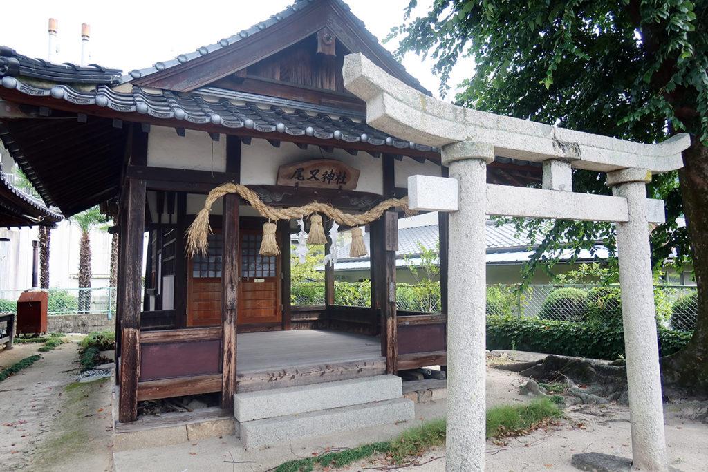 石鳥居と拝殿