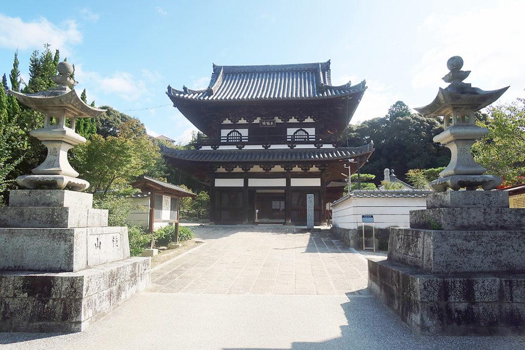 石灯篭と楼門