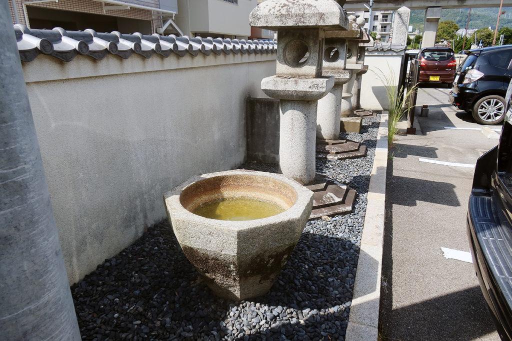 石燈籠と手水鉢?