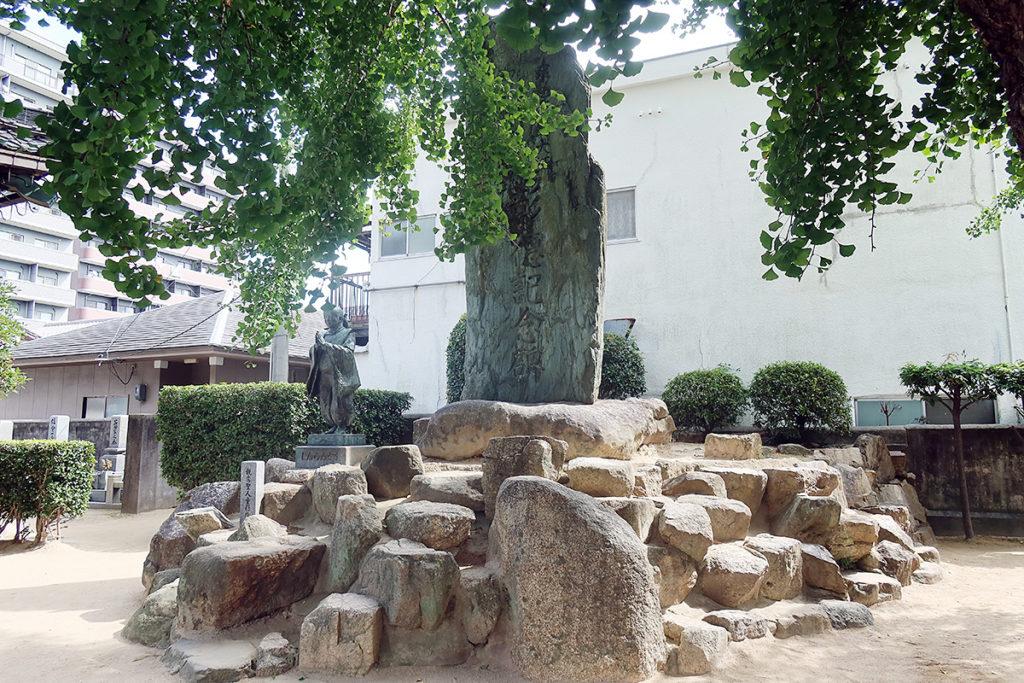 石碑と銅像