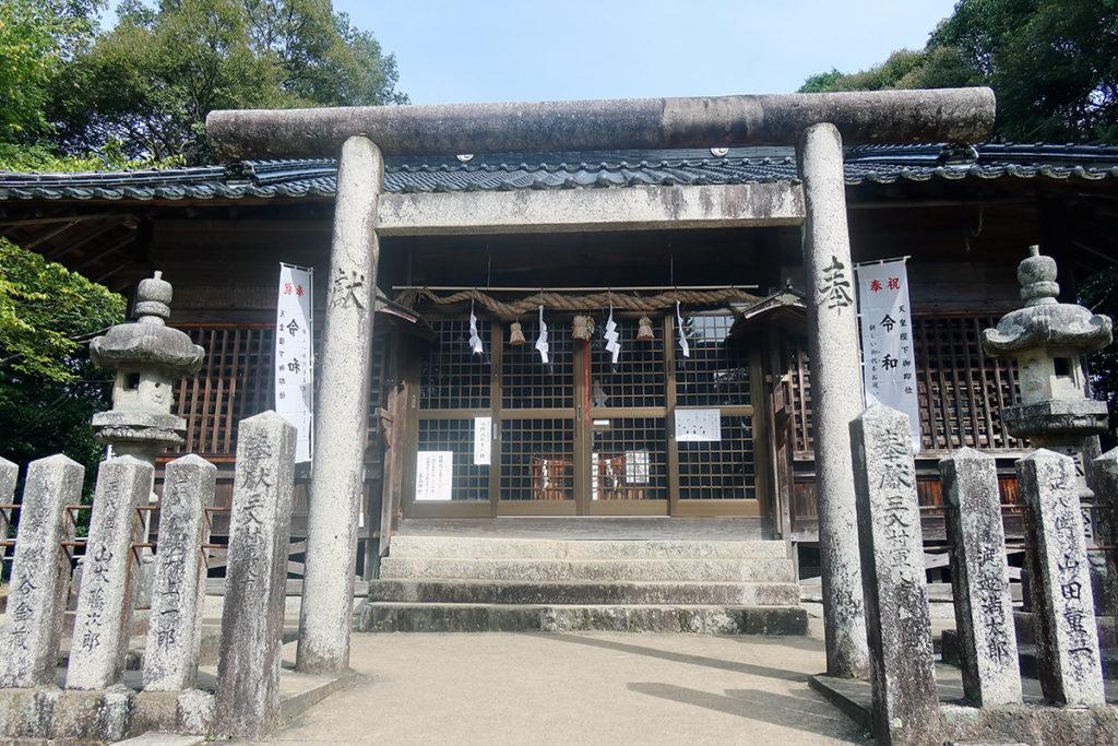 拝殿前の石鳥居