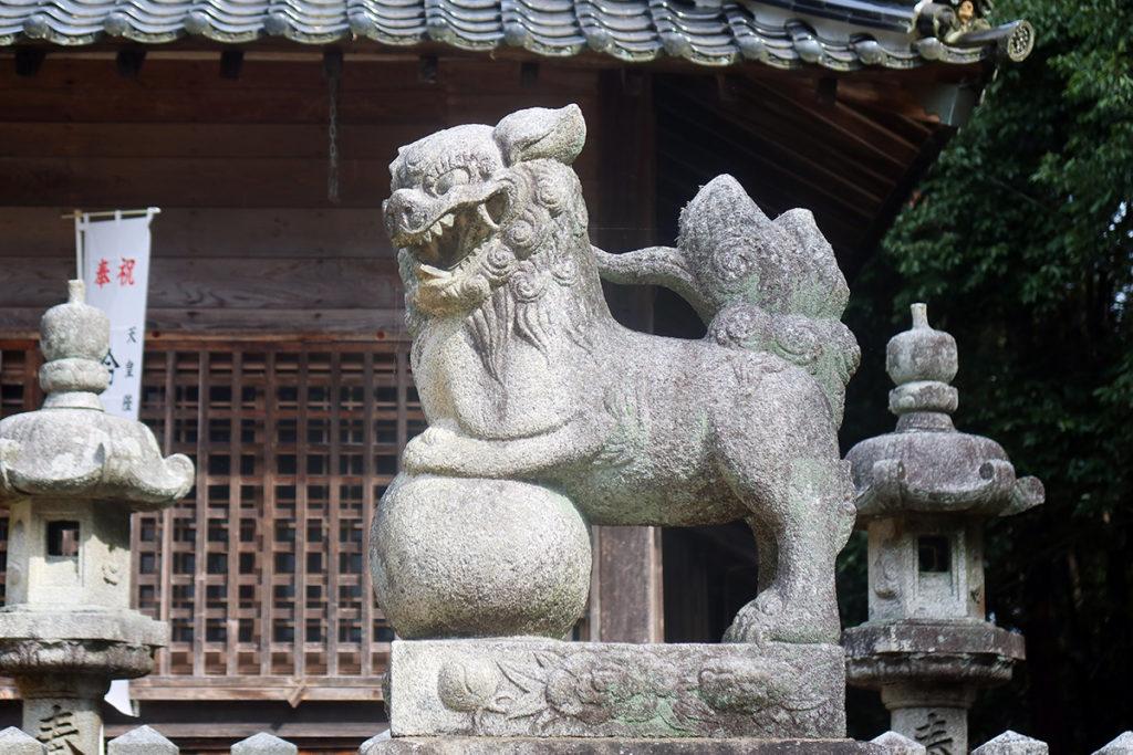 拝殿前の狛犬(阿)
