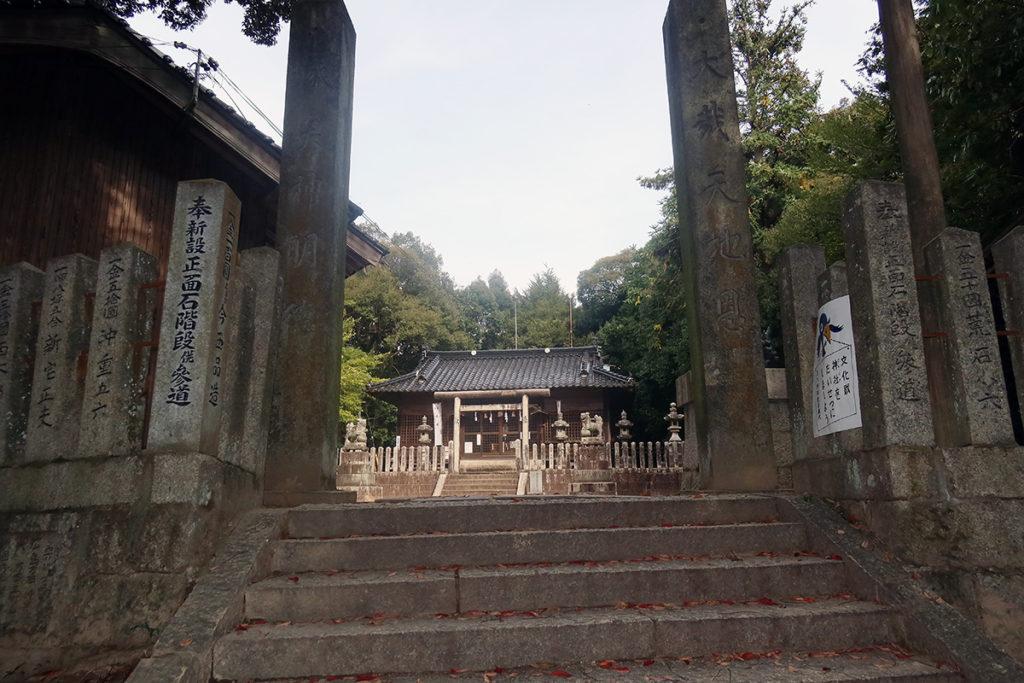 南側境内入口の石柱