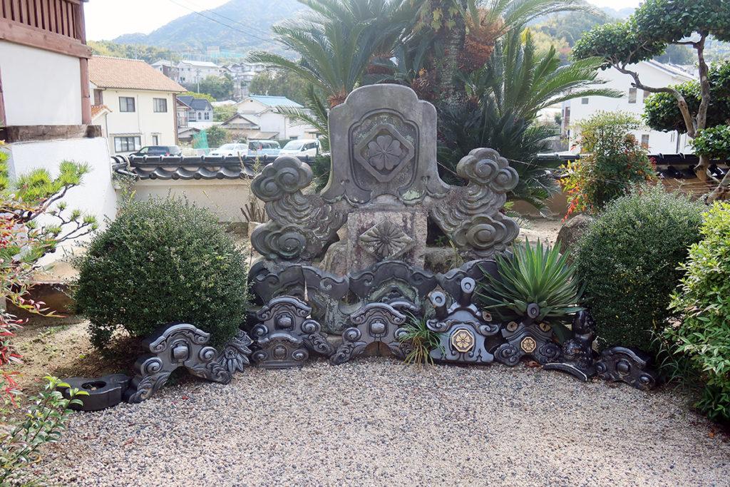 飾り瓦の碑